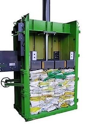 Embaladora de residuos en el campo